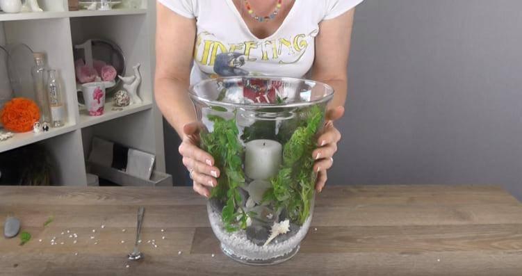 Женщина ставит свечку в стеклянную вазу и заливает все водой. Вы ахните, увидев результат!