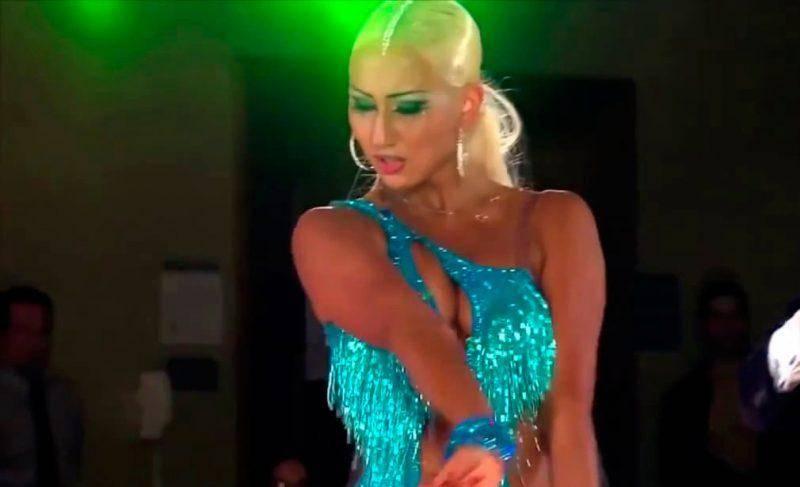 blondinka-shikarno-tantsuet-idealnie